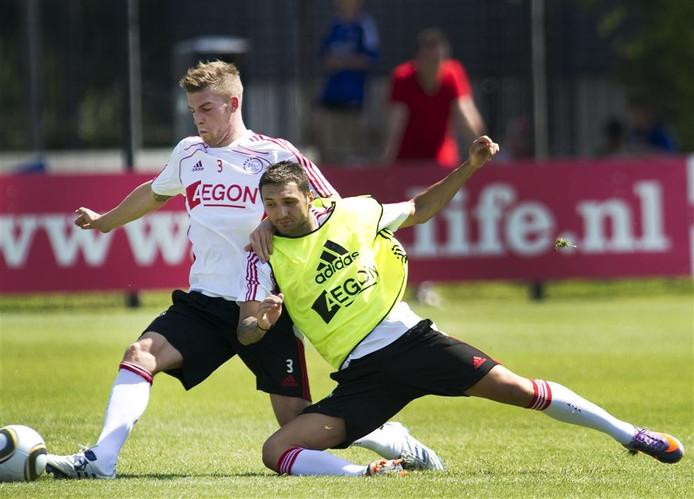 Darko Bodul (R) in duel met Toby Alderweireld tijdens de voorbereiding van Ajax in het seizoen 2011/2012.