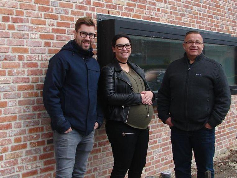 Werfleider Wim (rechts) volgt het bouwproject van Kristof en Evelien van a tot z op.