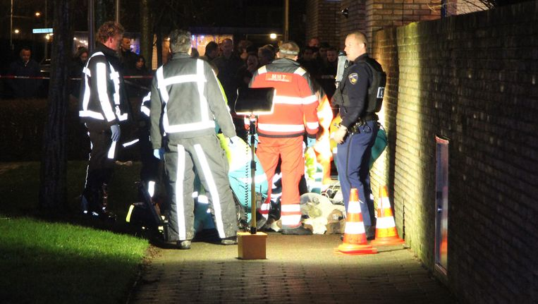 Hulpdiensten staan om het slachtoffer na de schietpartij in de Dokkummerstraat in Berkel en Rodenrijs. Beeld ANP
