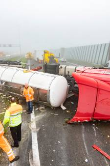 Vrachtwagen met olijfolie kantelt op A2, nog hele ochtend verkeerschaos