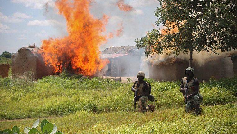 Nigeriaanse soldaten ontruimen een kamp van Boko Haram. Beeld EPA