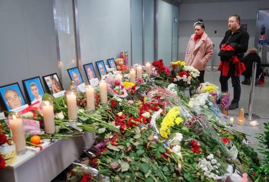 Mensen brengen een eerbetoon in Kiev, Oekraïne.