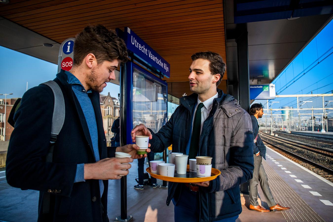 Maarten van Ooijen deelt koffie uit op station Vaartsche Rijn