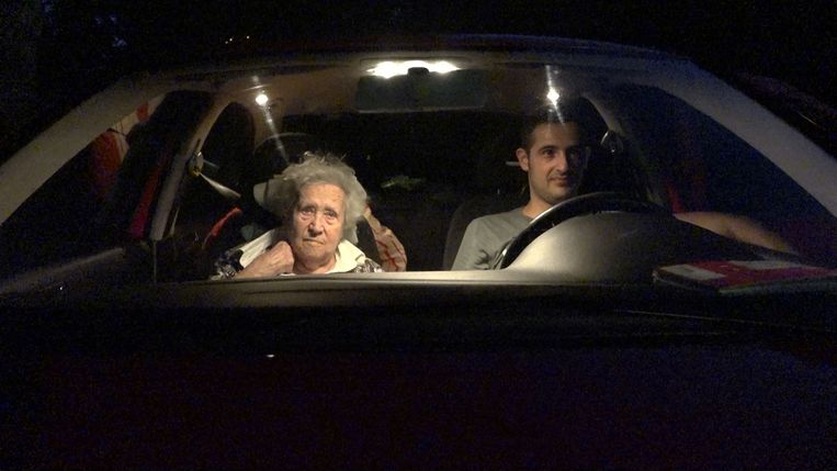 Oma en Chris in de auto Beeld