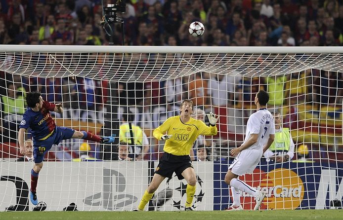 Barcelona´s Argentinian forward Lionel Messi (L) scores against Manchester United's Dutch goalkeeper Edwin van der Sar (C) during the final of the UEFA football Champions League on May 27, 2009 at the Olympic Stadium in Rome.       AFP PHOTO / FILIPPO MONTEFORTE