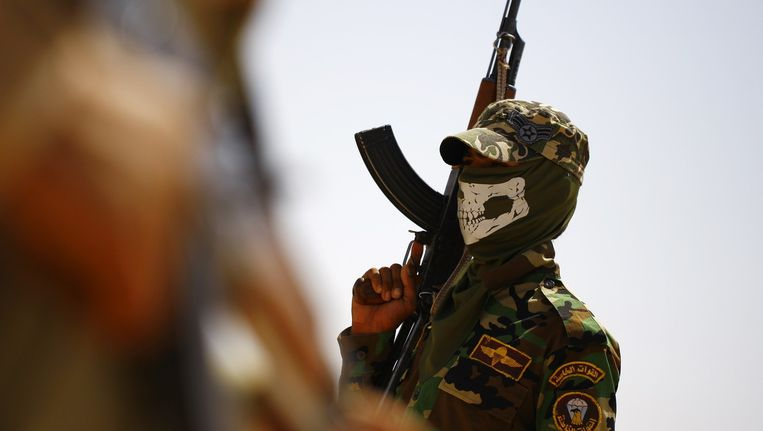 Een sjiitische Iraakse soldaat uitgedost om te strijden tegen de soennitische soldaten van ISIS. Beeld AFP