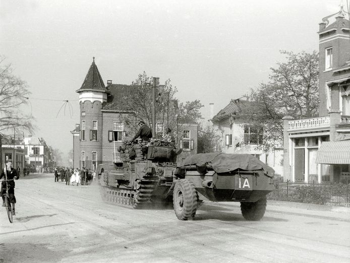 Brits legermaterieel rolt Velp binnen op 16 april 1945. Op die dag werden Rheden en Rozendaal bevrijd van de Duitse bezetting, wat het eind betekende van de Tweede Wereldoorlog. De foto is afkomstig uit het boek Herinneringen aan de bevrijding van Velp, in 2006 uitgegeven door de Stichting Velp voor Oranje en het Comité 4 Mei Velp.