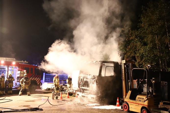 De cabine van de uitgebrande vrachtwagen rookt nog na.