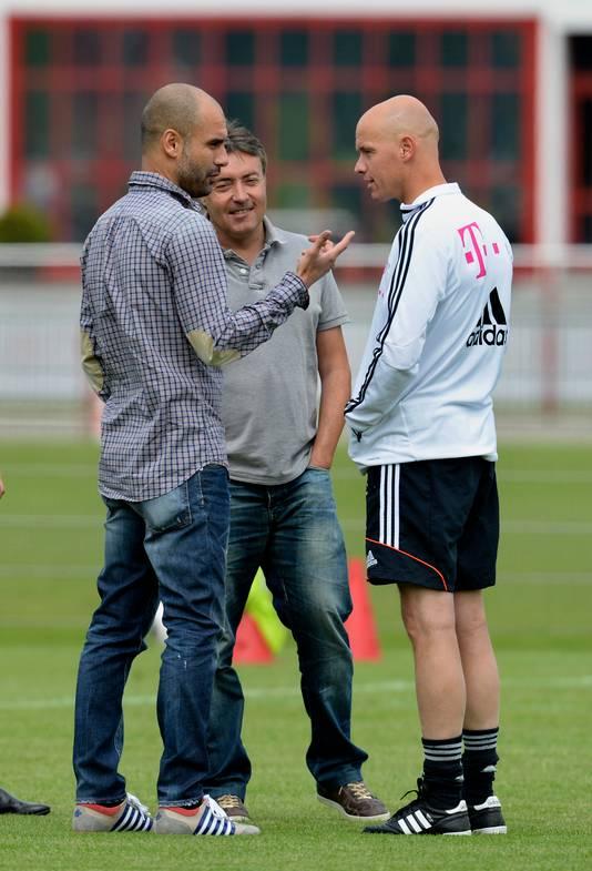 Domènec Torrent in gesprek met Pep Guardiola en Erik ten Hag op het trainingsveld bij Bayern München.