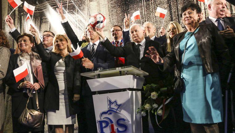 Campagnebijeenkomst van Recht en Gerechtigheid met in het midden partijleider Jaroslaw Kaczynski. Beeld Beata Zawrzel / Demotix