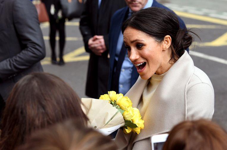 Meghan Markle krijgt bloemen in Belfast.