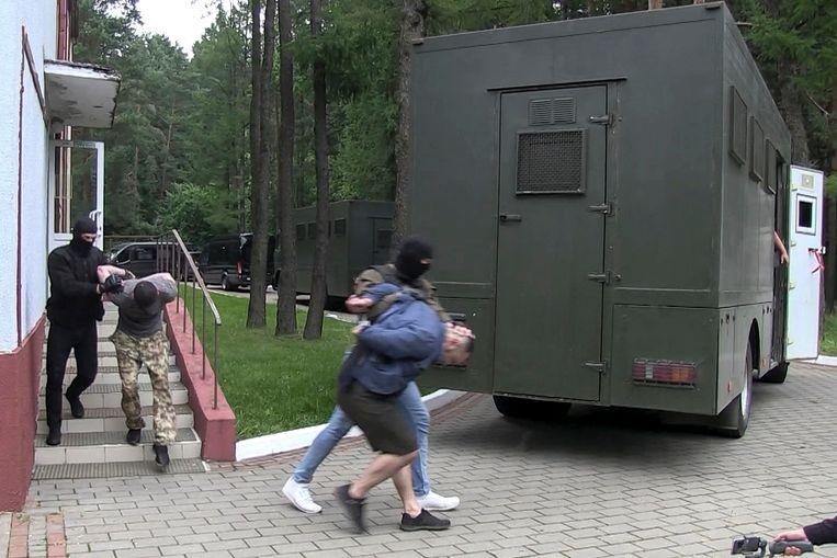 Agenten van de Wit-Russische veiligheidsdienst arresteerden woensdag 33 Russische huurlingen in een sanatorium buiten de hoofdstad Minsk. Beeld AP