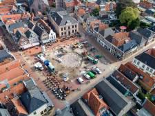 Voor Steenwijk typische teksten in gootlijn op de Markt