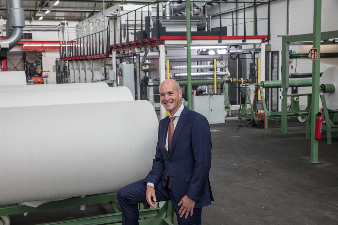 Philippe van Esch in de fabriek van Vescom in Deurne, waar is geïnvesteerd in automatisering in de productie van wandbekleding.