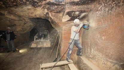 Blokbrekers zagen tunnel uit in mergelgroeve