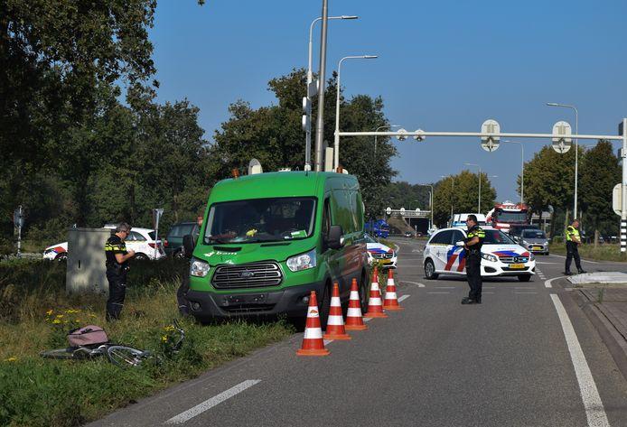 Een fietsster is dinsdagochtend gewond geraakt bij een aanrijding met een busje op de Ettenseweg in Doetinchem.