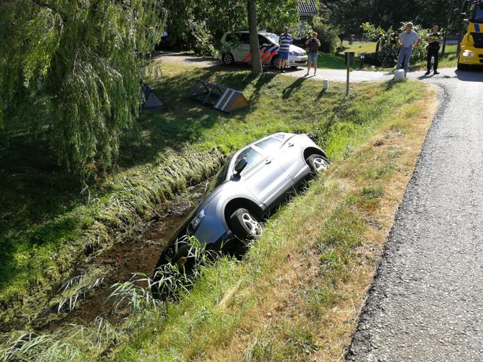 Aan de Kromwijkerdijk in Woerden is aan het eind van de middag een auto in de sloot geraakt.