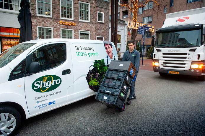 Een medewerker van Sligro bezorgt de bestellingen bij een klant.