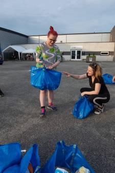 'Pakjesavond' in Emmeloord door uitdelen verrassingspakketten aan kinderen