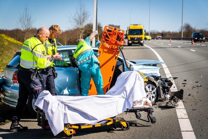 Een van de auto's na de botsing op de A50 in Eindhoven.