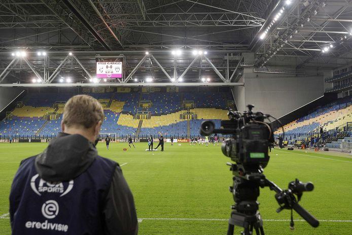 Een cameraman van FOX Sports bij lege tribunes in Arnhem.