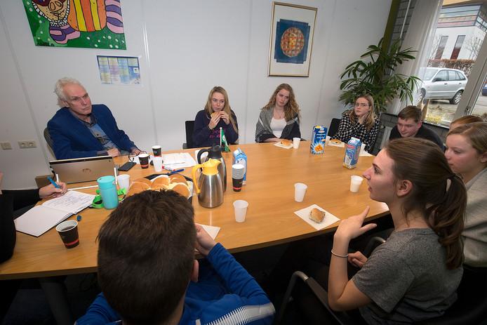 AOC Oost-directeur Rene Vijn in overleg met de leerlingenraad. Foto: Theo Kock