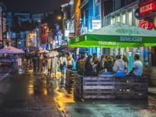 """Tweede rustige avond op rij in de Overpoort: """"We hebben niet genoeg parasols dus studenten zonder afdak gaan feesten op hun kot"""""""