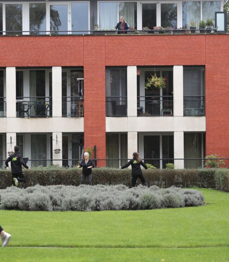 Rekken en strekken op het balkon; buurtsportcoaches zorgen dat Helmonders blijven bewegen in coronatijd