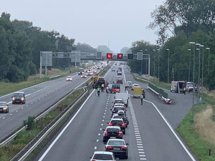 Twee rijbanen van de A12 vanaf de Duitse grens richting Arnhem zijn afgesloten vanwege een botsing.