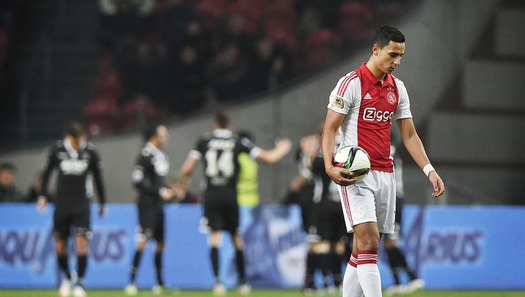 1-0 voor AZ. Anwar El Ghazi van Ajax loopt met de bal welhaast verdwaald over het veld. Beeld Guus Dubbelman / de Volkskrant