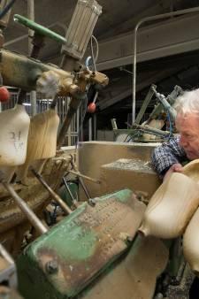 Beltrums klompenbedrijf zoekt het, zeker nu, ook in de pantoffels en houten tulpjes