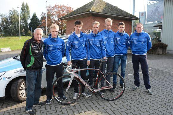 Charles Verheggen en zijn Van Moer Logistics Cycling Team, met een van de nieuwe fietsen die de ploeg intussen aankocht.