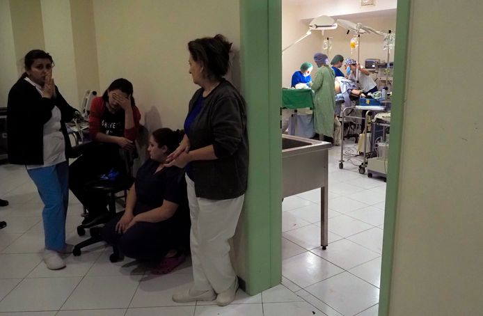 Zorgmedewerkers in een kelder van een ziekenhuis tijdens beschietingen in Stepanakert.