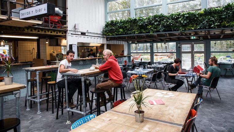 Het essenhout van de bar is stadshout, afkomstig van gekapte bomen uit het Vondelpark Beeld Carly Wollaert