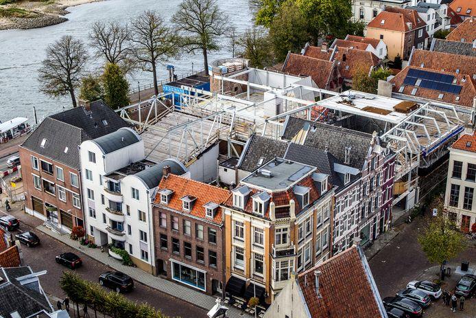 Het filmtheater in aanbouw. Vanavond besluit de Deventer gemeenteraad of er nog eens 4 miljoen euro wordt uitgetrokken om het gebouw aan de IJssel af te bouwen.