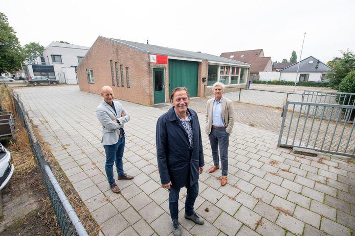 Wouter Versteeg, Hans Semmekrot en Erik Mijnhardt staan bij het Rode Kruisgebouw aan het Rembrandtplein, dat plaats maakt voor het nieuwe 'revalidatiegebouw' dat in januari 2022 klaar moet zijn.