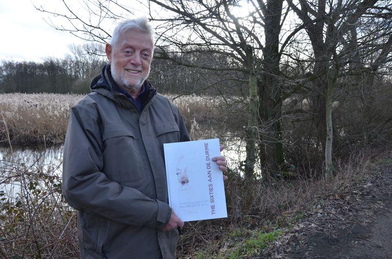 Marc De Gryze met het huldeboek 'Sixties aan de Durme' dat stadsarchivaris Nico Van Campenhout over hem publiceerde.