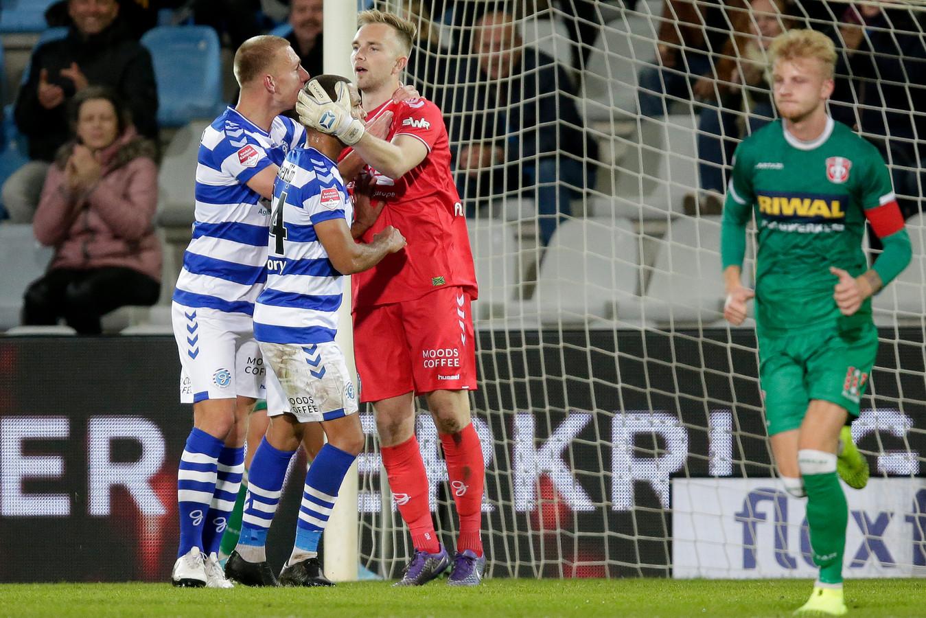 De Graafschap-doelman Hidde Jurjus wordt geknuffeld door zijn ploeggenoten, nadat hij een strafschop heeft gekeerd in het thuisduel met FC Dordrecht.