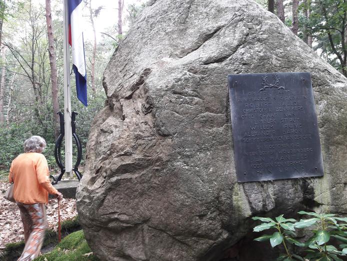 Een imposante gedenksteen ligt op de fusilladeplaats van Gorp en Roovert achter de 'symboolpalen'.