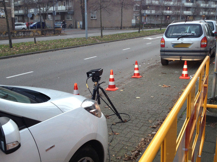 Met een scancamera controleert de belastingdienst kentekens in de Rijnstraat.