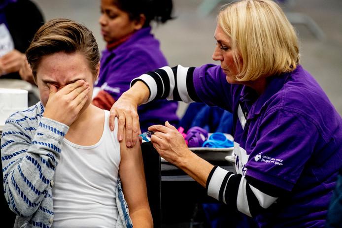Duizenden kinderen krijgen prik in Ahoy Rotterdam tijdens een vaccinatiedag.
