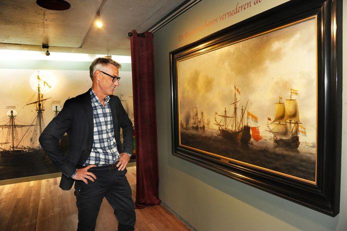 MuZEEum-directeur Onno Bakker voor het Chatham-doek van Jacob Bellevois.