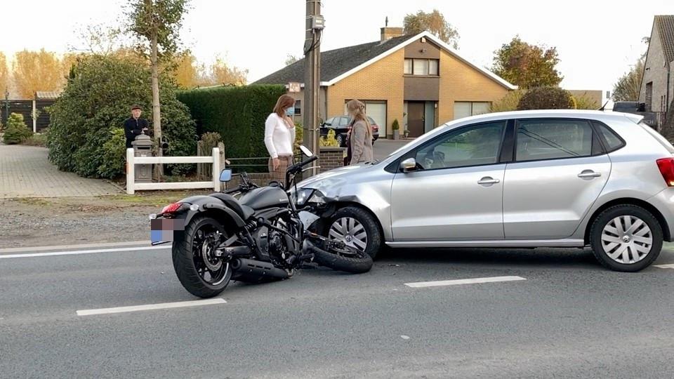 De motorrijder botste frontaal op de wagen.
