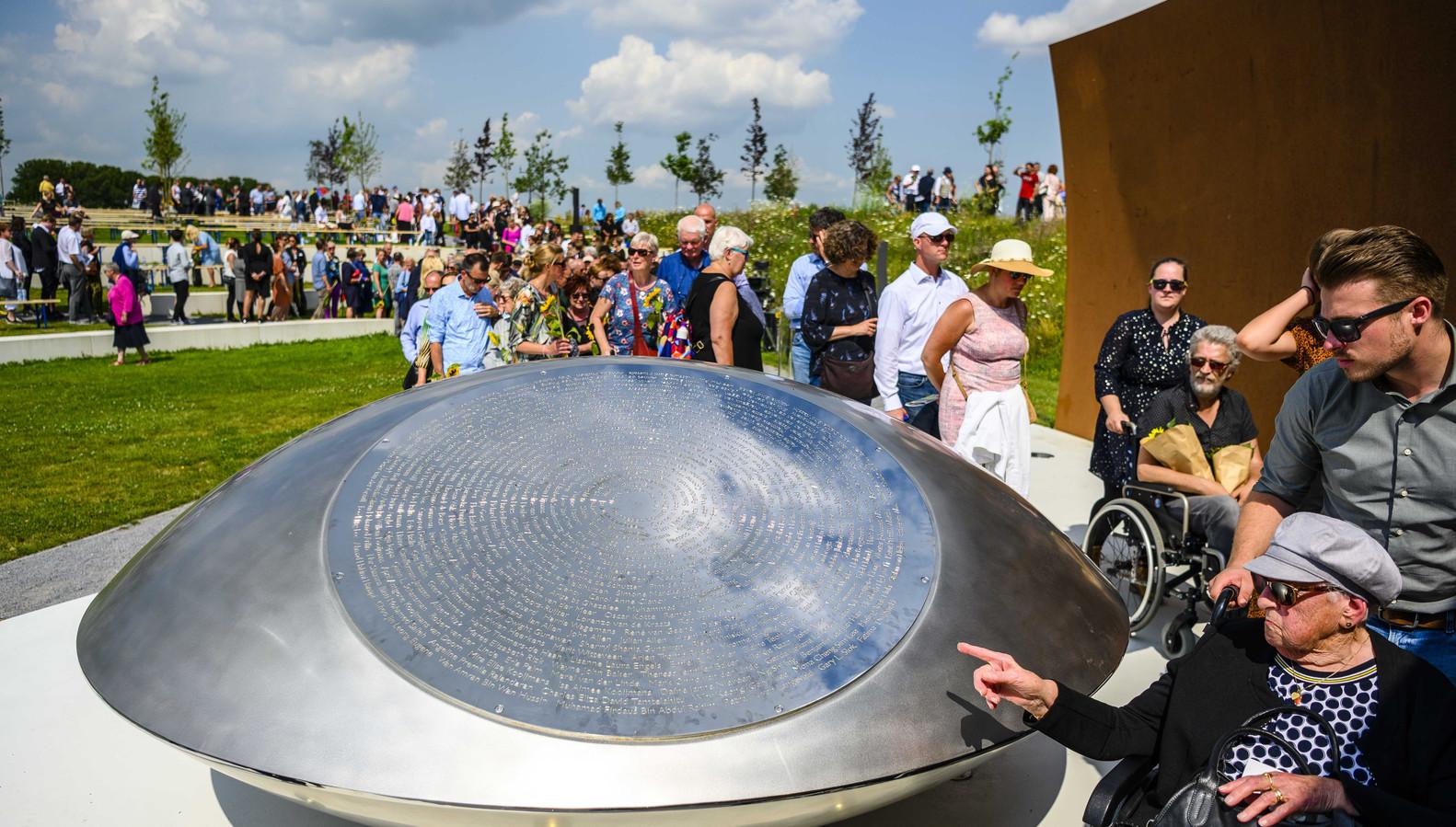 Nabestaanden trekken langs het monument tijdens de vijfde nationale herdenking van de vliegramp met vlucht MH17.