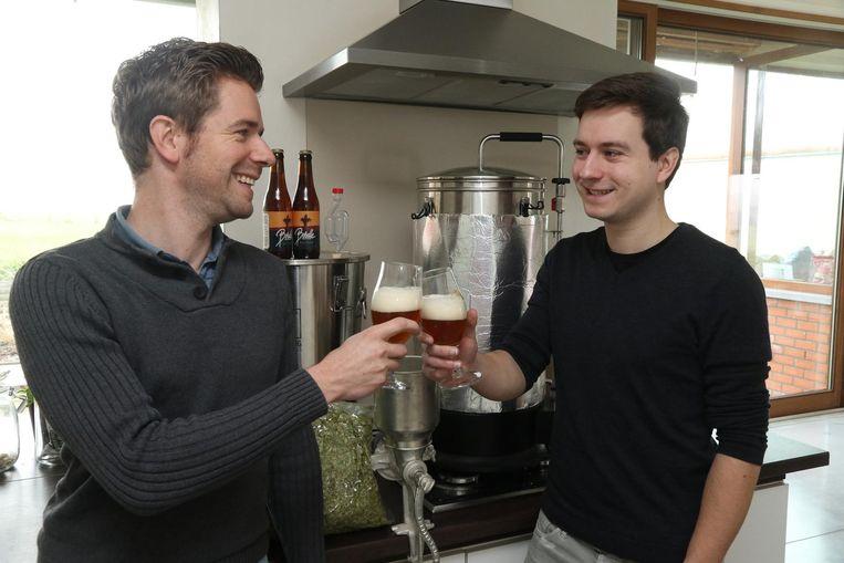 Dieter en Tim klinken met hun nieuwe bier, de Borelle.
