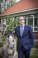 Bart van Groningen is voorzitter van Buurtvereniging Esbrook. Hij maakt zich hard voor het behoud van de school, nu die gevaarlijk dicht tegen de 23 leerlingengrens (betekent sluiting) aanschurkt.