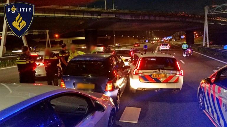 Deze foto werd door de politie vrijgegeven van de aanhouding op de A2, waarbij de verdachte van de Didamse oplichtingszaak geprobeerd zou hebben politieauto's van de weg te rammen.