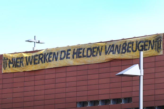 Bij het Maasziekenhuis heeft voetbalvereniging Vios een groot spandoek opgehangen.