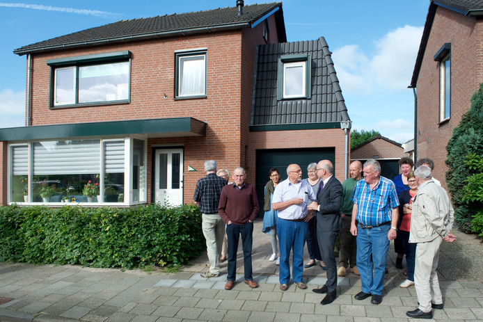 Burgemeester Carol van Eert bezocht onlangs Kruithof en zijn buren, die hem steunen. Op de achtergrond de aanbouw, die verder naar achter had moeten staan. Nu is de verhouwing tussen hoofd- en bijgebouw uit balans, zegt de gemeente Rheden.