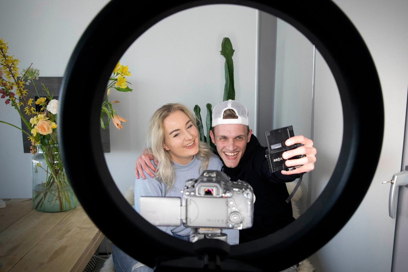 Milan Knol en zijn vriendin Jill: vloggers.